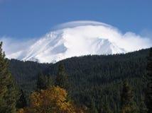 Mt. Shasta sotto la nube fotografia stock