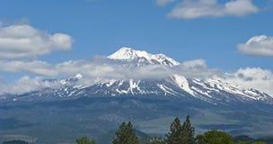 Mt Shasta unter einem Sommer-Himmel stockfoto
