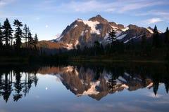 Mt Shuksan反射Picture湖北部小瀑布山 图库摄影