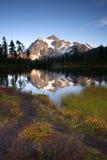 Mt Shuksan反射Picture湖北部小瀑布山 库存图片