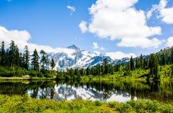Mt Shuksan在Picture湖反射了 库存照片