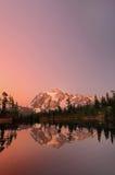 Mt Shuksan con il verticale alpino di incandescenza di tramonto Fotografia Stock