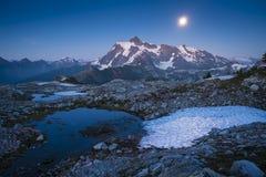 MT Shuksan en de het toenemen maan, de cascadewaaier van de staat van Washington stock afbeeldingen