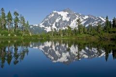 Mt. Shuksan en het Meer van het Beeld in de Staat van Washington Stock Afbeelding