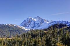 Mt Shuksan och en loge royaltyfria foton