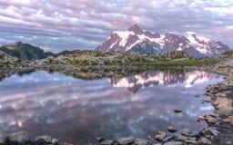 Mt Shuksan och konstnär Ridge Tarn Fotografering för Bildbyråer