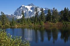 Mt Shuksan ovannämnd bild sjö, Washington Royaltyfri Foto
