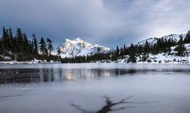 Mt Shuksan przy zamarzniętym Obrazek jeziorem obrazy stock