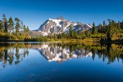 Mt Shuksan reflekterar i bild sjön royaltyfria bilder