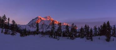 Mt Shuksan w zimie przy zmierzchem Zdjęcia Stock