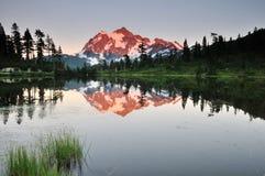 Mt shuksan y lago del cuadro en la puesta del sol fotos de archivo