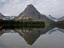 Mt Sinopah reflejado Foto de archivo libre de regalías