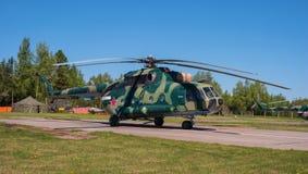 MT som kan användas till mycket för helikopter Mi-8 på flygfältet i Pushkin under den festliga Airshowen Royaltyfri Foto