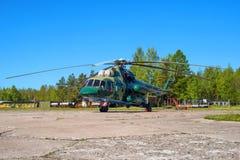 MT som kan användas till mycket för helikopter Mi-8 på flygfältet i Pushkin under den festliga Airshowen Royaltyfria Foton