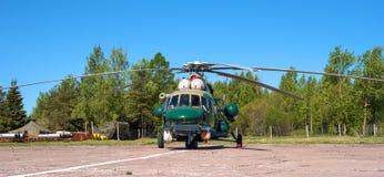 MT som kan användas till mycket för helikopter Mi-8 på flygfältet i Pushkin under den festliga Airshowen Arkivbilder