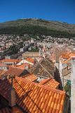 Mt Srd, paredes da cidade, e cidade velha de Dubrovnik fotos de stock royalty free