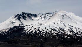 Mt St海伦` s火山口在雪盖的熔岩圆顶 免版税库存图片