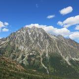 Mt Stuart con le nuvole un giorno di estate a Washington orientale fotografia stock libera da diritti