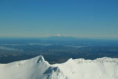 Mt. Taranaki gesehen von Gipfel Mt. Ruapehu Stockfotografie