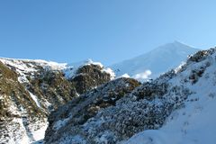 Mt Taranaki szczyt, Częsciowo Kryjący obraz stock