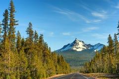 Mt Theielson a lo largo de la carretera 138 de Oregon Imagenes de archivo