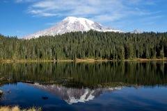 Mt Una reflexión más lluviosa Imagen de archivo libre de regalías