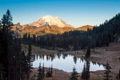 Mt Una reflexión más lluviosa Imágenes de archivo libres de regalías