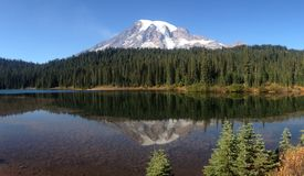 Mt Una reflexión más lluviosa Fotos de archivo