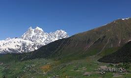 Mt. Ushba e villaggio Mulakhi. Svaneti. Georgia. Fotografia Stock Libera da Diritti