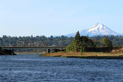 Mt 从White Salmon河的敞篷 图库摄影