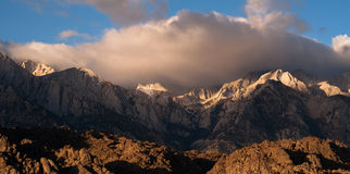 Mt Whitney Covered Cumulus Cloud Sierra Nevada Range California Royaltyfri Fotografi