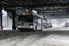 MTA公共汽车移动在暴风雪期间在布朗克斯 免版税图库摄影
