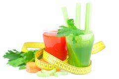 Mäta bandet, exponeringsglas av sellerifruktsaft och exponeringsglas av morotfruktsaft Fotografering för Bildbyråer