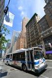 Mta-bussrutt 5 på den femte aven, NYC, USA Arkivbild