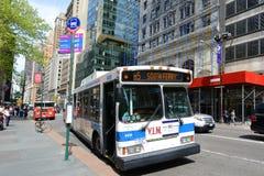 Mta-bussrutt 5 på den femte aven, NYC, USA Royaltyfri Bild