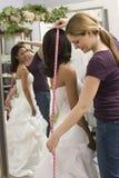 mätande seamstress för brud Royaltyfri Foto