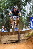 MTB妇女骑自行车者飞行 库存照片