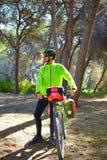 MTB游览在杉木森林里的骑自行车的人自行车 免版税库存照片