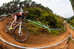 MTB男性骑自行车者角落步骤 库存图片