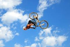 在MTB (骑自行车的山)竞争的一个专业车手在泥铺跑道 免版税图库摄影