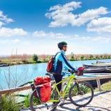 MTB-Radfahrer-Fahrrad, das auf den Fluss mit Korb bereist Lizenzfreies Stockfoto
