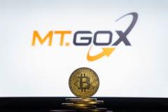 MtGoxembleem op het computerscherm met een stapel Bitcoin-cryptocurencymuntstukken stock foto's