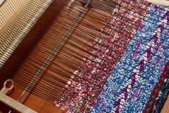 Métier à tisser et textile tissé, modèle traditionnel Photographie stock