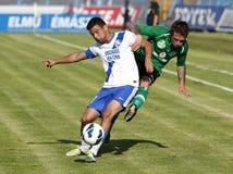 MTK contra partido de fútbol de la liga del banco de Paks OTP foto de archivo