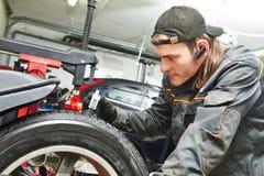 Mätning för beskyddande för bilhjul Royaltyfria Foton