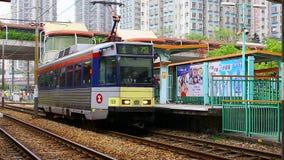 Mtr enciende el tren del lrt del tránsito del carril en Tuen Mun Hong-Kong almacen de metraje de vídeo