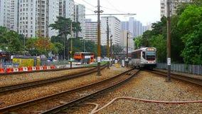 Mtr enciende el tren del lrt del tránsito del carril en Tuen Mun Hong-Kong metrajes