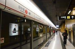 MTR-Plattform bei Cheung Sha Wan Station, Hong Kong Lizenzfreies Stockbild