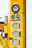 Mètres ou mesure dans la carlingue de grue pour la charge maximum de mesure, la vitesse de moteur, la pression hydraulique, la te Images libres de droits