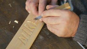 Mtsensk, Ρωσία 20 Δεκεμβρίου 2016 Εκδοτικός - καλλιτεχνική ξύλινη γλυπτική της Nike, κινηματογράφηση σε πρώτο πλάνο, εργαλείο, ηλ απόθεμα βίντεο